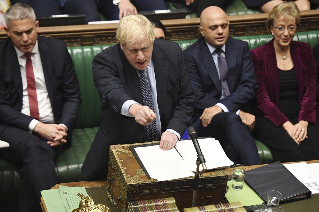 英國首相強生誓言21日(周一)將他與歐盟達成的脫歐協議交付下議院表決。圖為強生1...