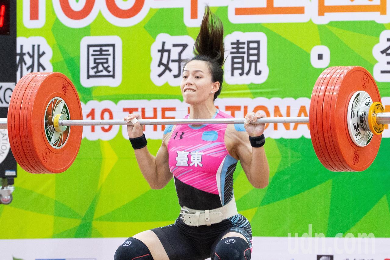 108年全運會舉重女子59公斤級,舉重好手郭婞淳以抓舉100公斤挺舉137公斤合...