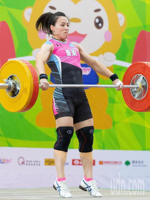 舉重好手郭婞淳跨級挑戰64公斤級,笑納一金兩銀。 聯合報系資料照
