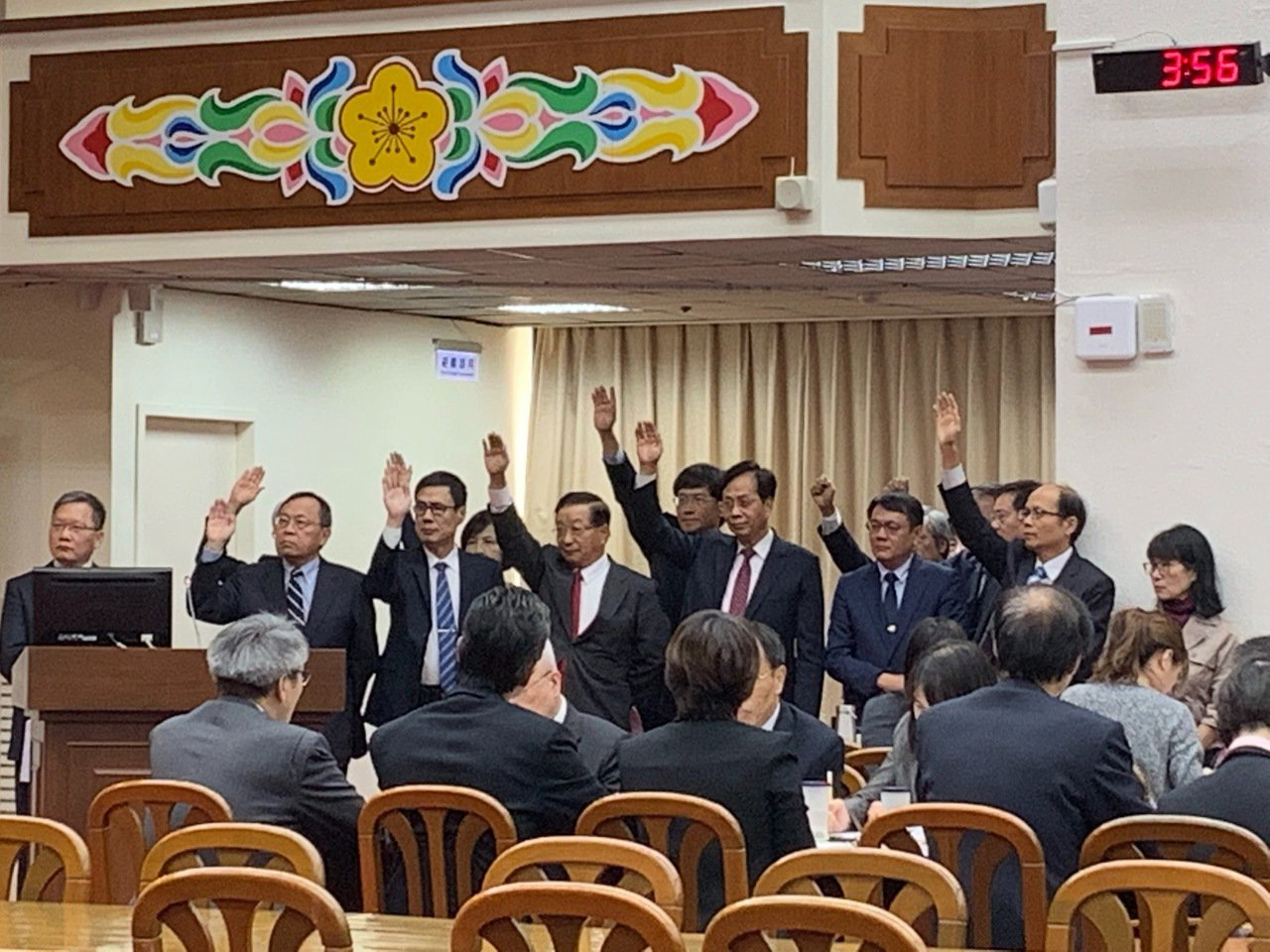 立委曾銘宗今天在財委會上質詢時詢問各公股事業董事長或總經理「會加薪的請舉手」,大...