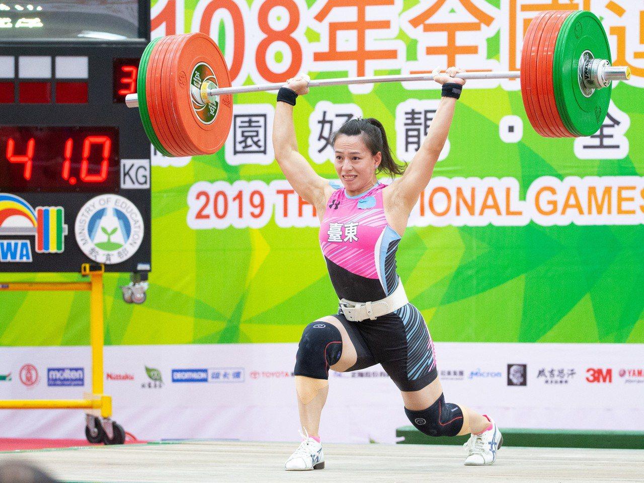 郭婞淳在女子59公斤級挑戰挺舉141公斤。記者季相儒/攝影