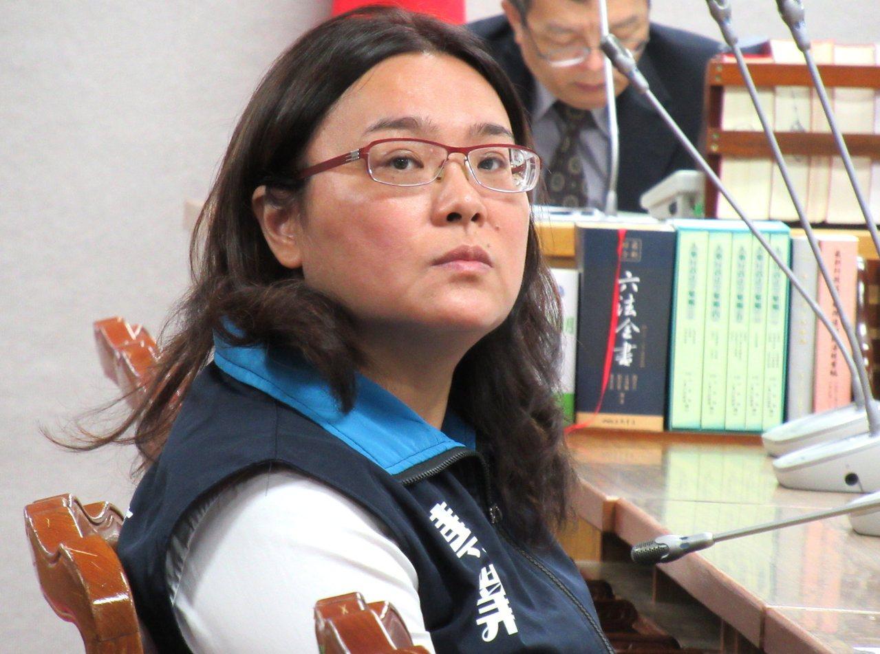 立委陳玉珍詢問「殺人犯要投案不行嗎?」,因司法院官員未回答,她相當不滿。記者王宏...