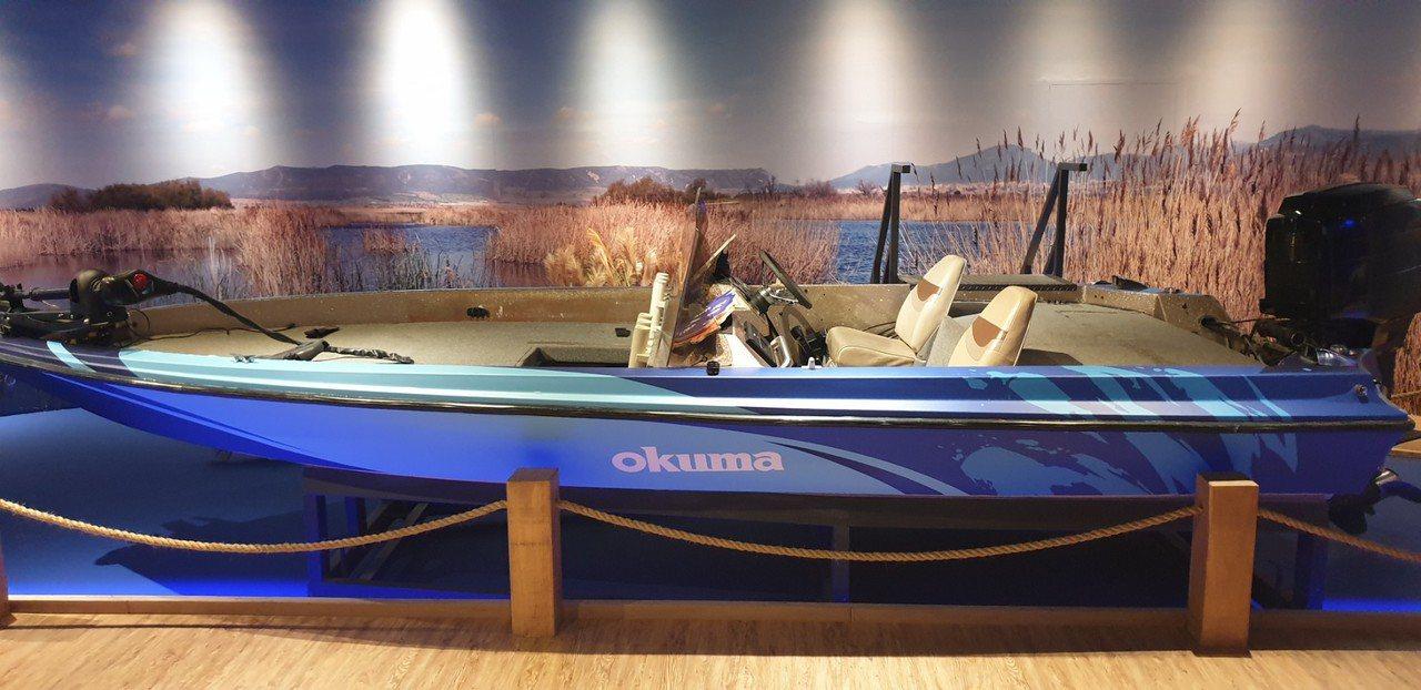 全球首創釣具觀光工廠寶熊漁樂碼頭今天開幕,展示從美國進口的遊艇。記者游振昇/攝影