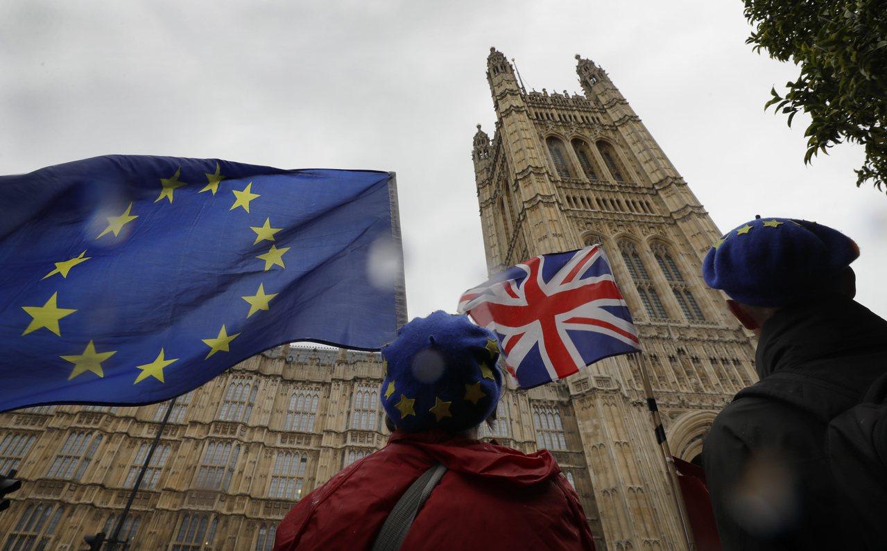 反對脫歐的示威者本月17日在倫敦的英國國會附近揮舞英國及歐盟旗幟。美聯社