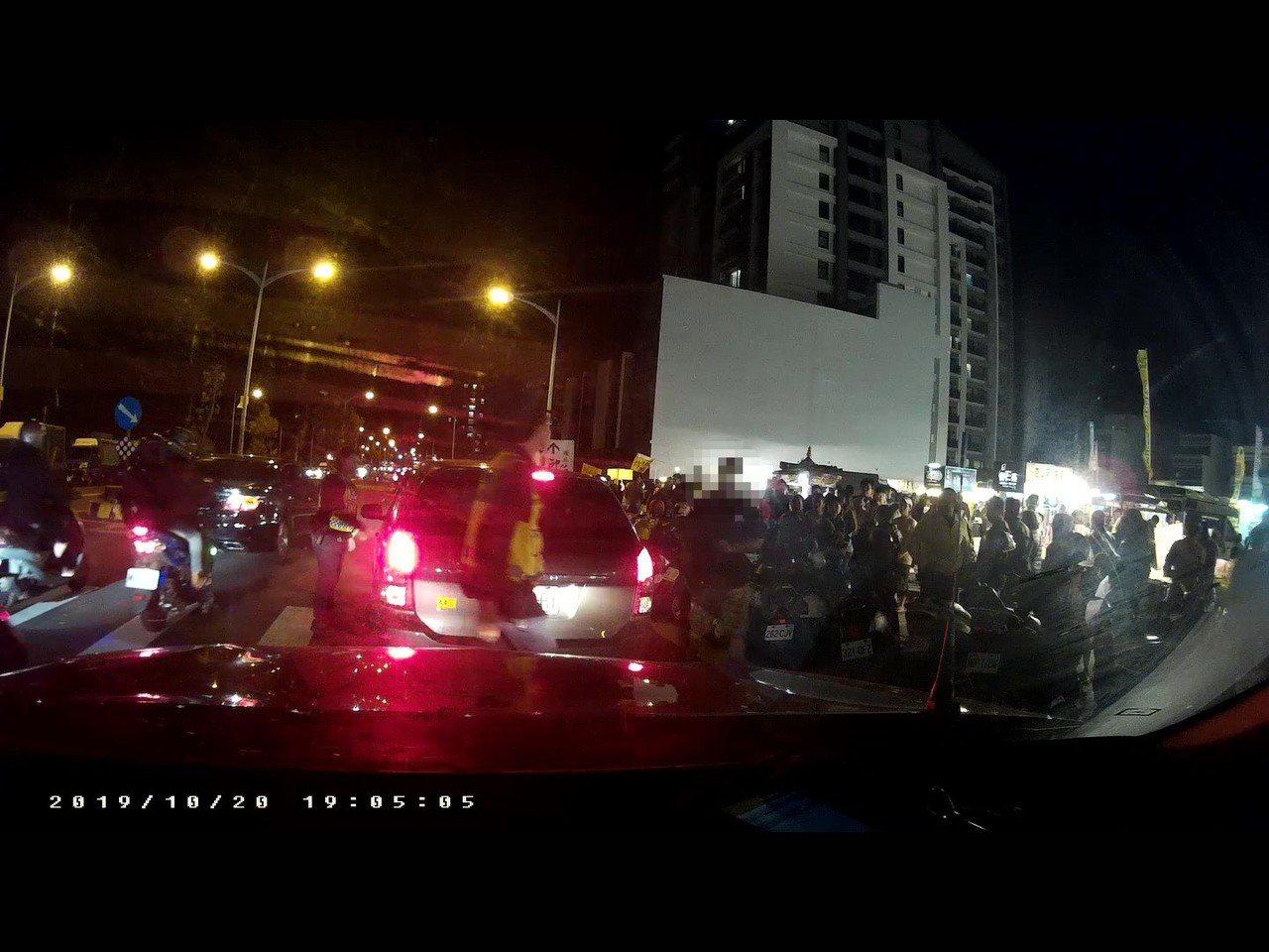 昨晚竹北派出所員警處理竹北夜市違規停車,遭到違規人咆嘯。圖/竹北警分局提供