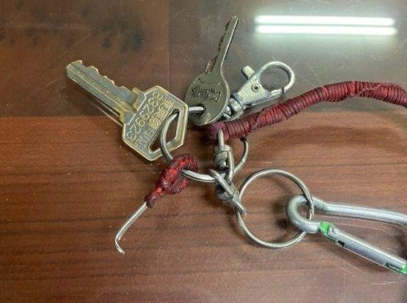 屏東縣東港鎮一名周姓男子,因遭通緝被逮,竟隨身攜帶解手銬工具。圖/東港分局提供