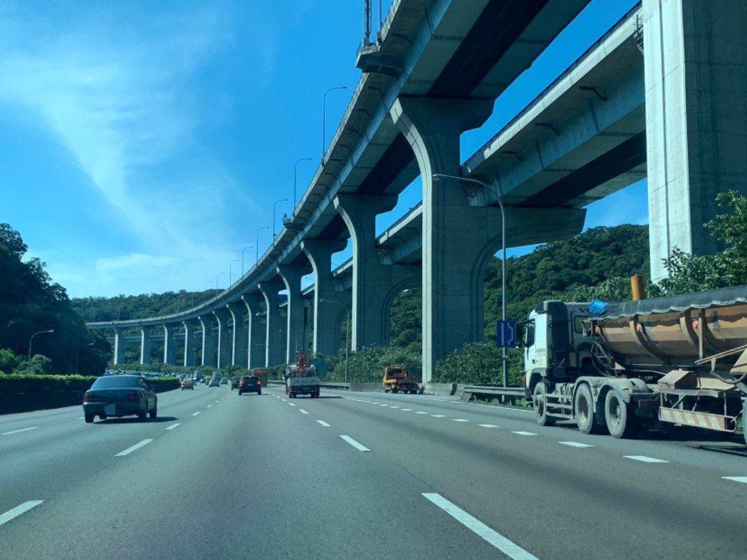 變換車道、車輛轉彎等狀況時一定要記得打方向燈,否則將吃罰單。記者張曼蘋/攝影