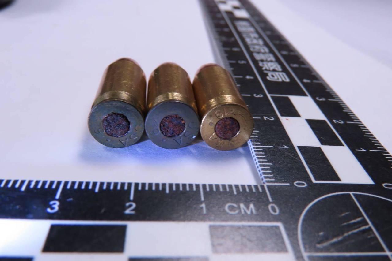桃園市警局連日發動封城掃蕩行動,逮捕竹聯幫等黑幫分子多人,查獲槍械、子彈、毒品移...