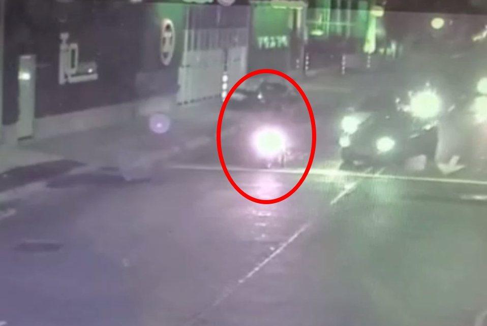 機車停等紅燈,後方突然有5輛轎車靠近超車連開3槍。記者林昭彰/翻攝