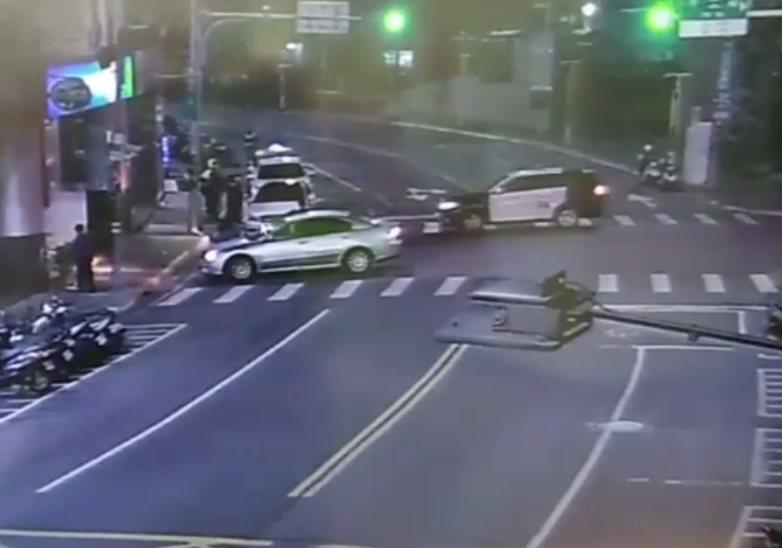 警方迅速在新莊區中華路首部曲KTV門前,查獲槍擊案其中1車及李姓男子等3嫌。記者...