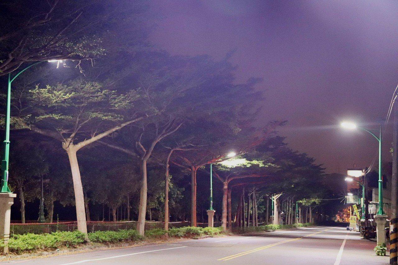 經典小鎮集集提升夜間旅遊品質,最近將鎮內重要道路路燈修繕更新,不僅具備節能、融合...