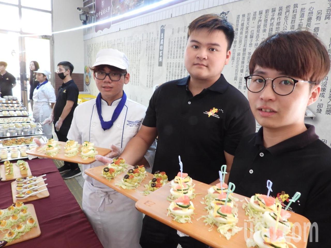 台首大餐飲系師生利用優質台南雞蛋,製作各種精緻點心。記者周宗禎/攝影