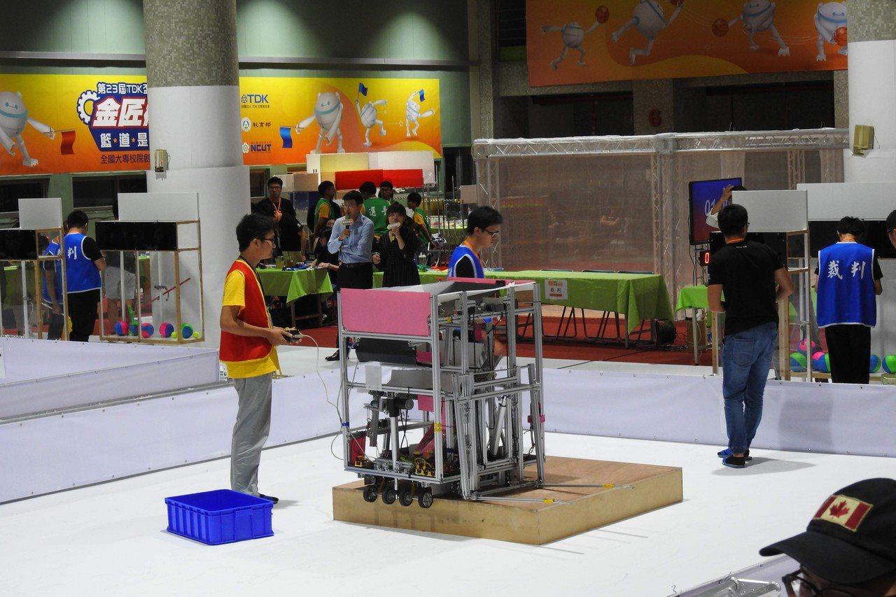 第23屆TDK盃競賽,明新科大機械系設計的機械人出賽遙控組決賽。圖/明新科大提供