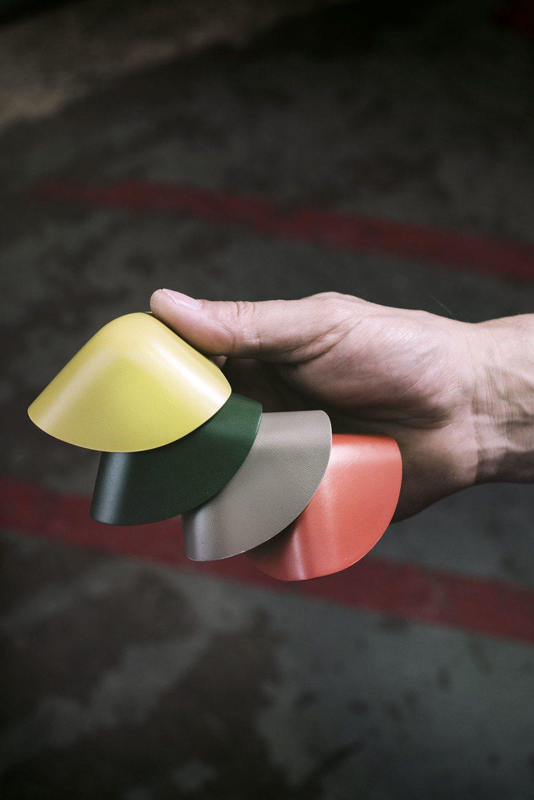 箱角也可見到經典彩條化身的真皮保護裝飾。圖/Paul Smith提供