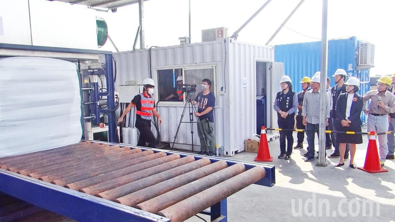 雲林縣長張麗善(右二)了解垃圾打包作業情況。記者蔡維斌/攝影