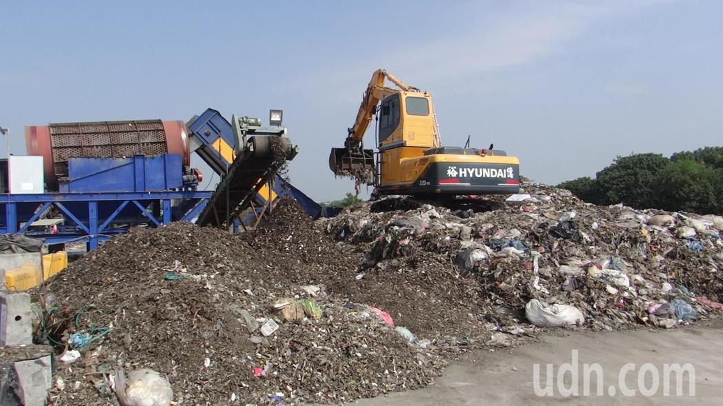 雲林縣第一座垃圾打包場啟用,將髒亂惡臭的垃圾經過分篩後,再打包成垃圾塊,大幅增加...