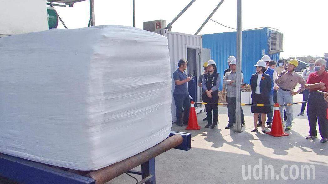 雲林縣長張麗善(右三)了解垃圾打包作業情況。記者蔡維斌/攝影