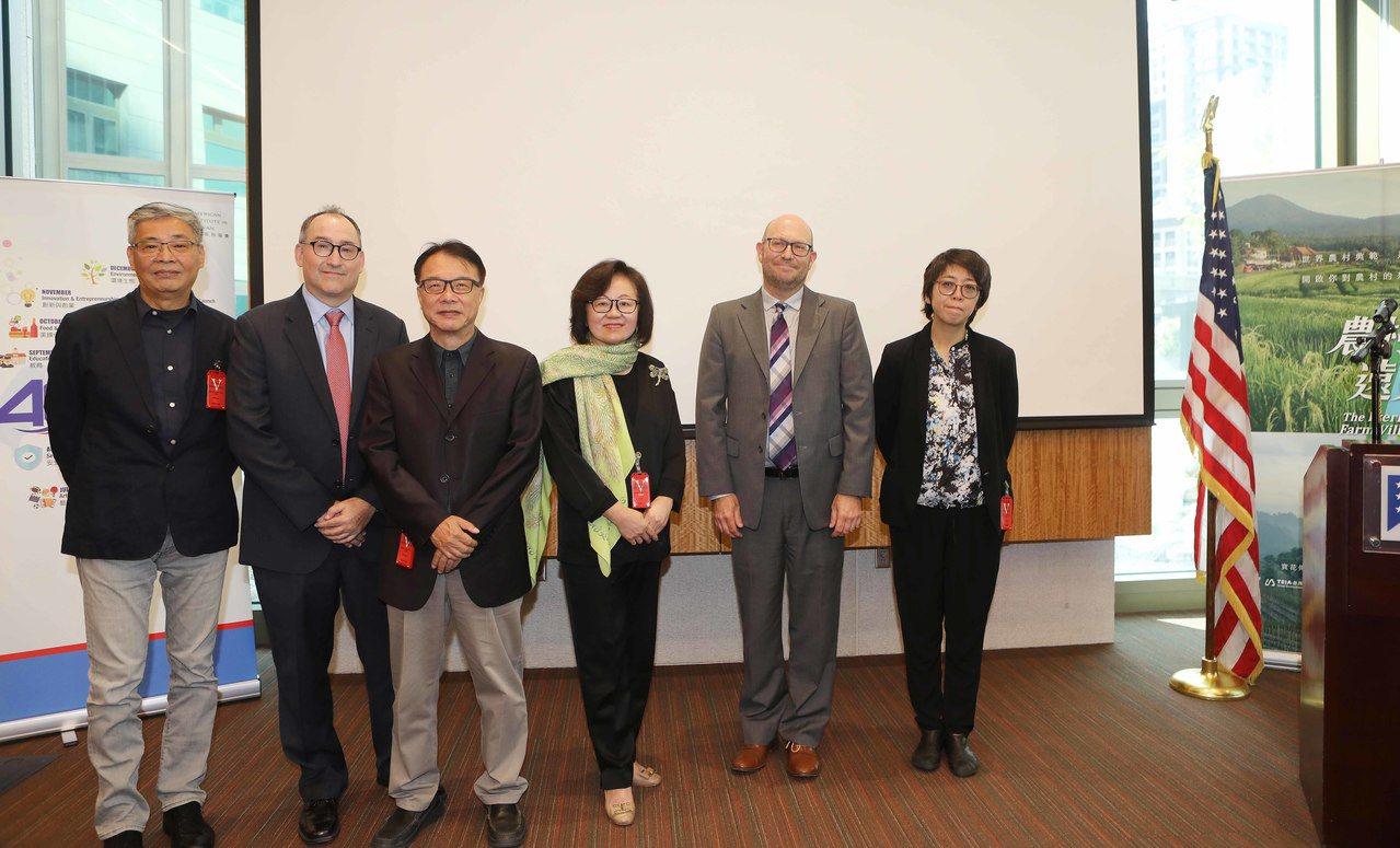 10月18日公視與美國在臺協會(AIT)合辦特映會。由左至右,導演劉嵩、AIT農...