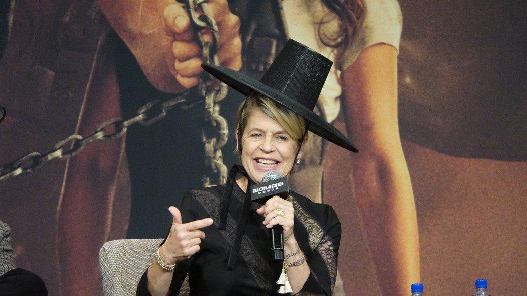 琳達漢彌頓開心戴上韓國古帽。圖/福斯提供