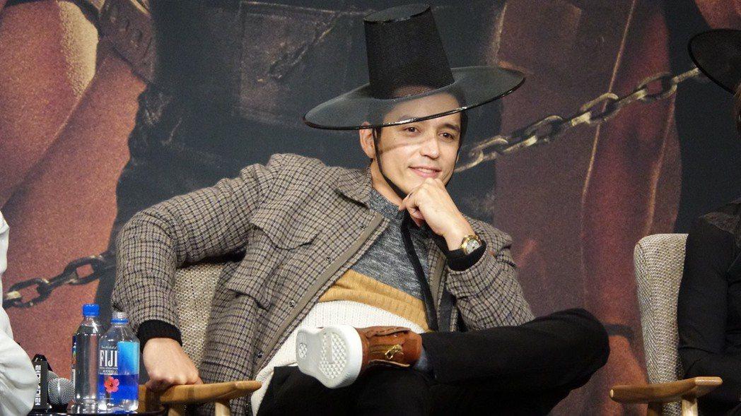 飾演反派「Rev-9」的蓋布瑞盧納,在記者會上放電展露親切微笑。圖/福斯提供