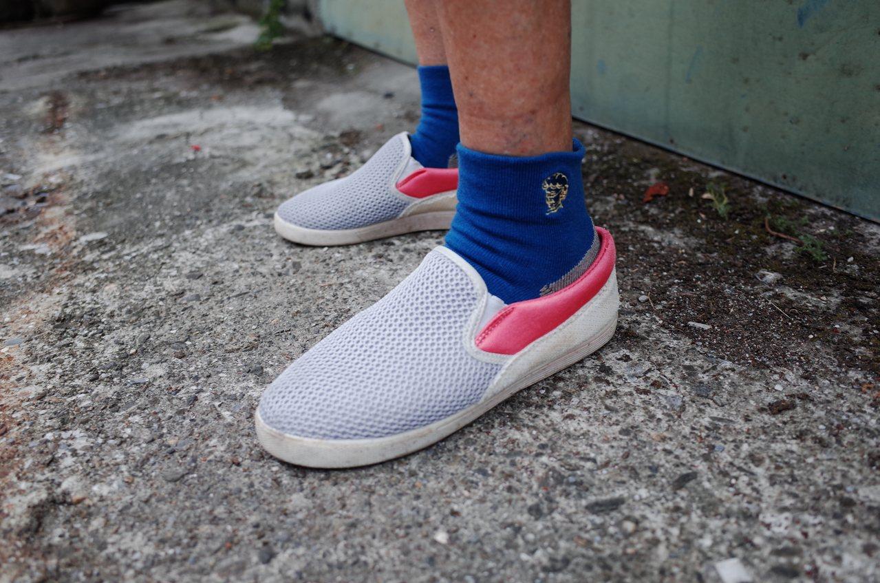 山海襪襪口可貼合腳踝,讓長輩穿襪子更舒適。圖/花蓮縣牛犁社區交流協會提供