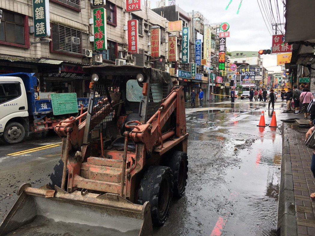 新北市泰山區明志路一段今早音水管爆裂,造成明志路一段、美寧街口至大窠橋全線封閉。...