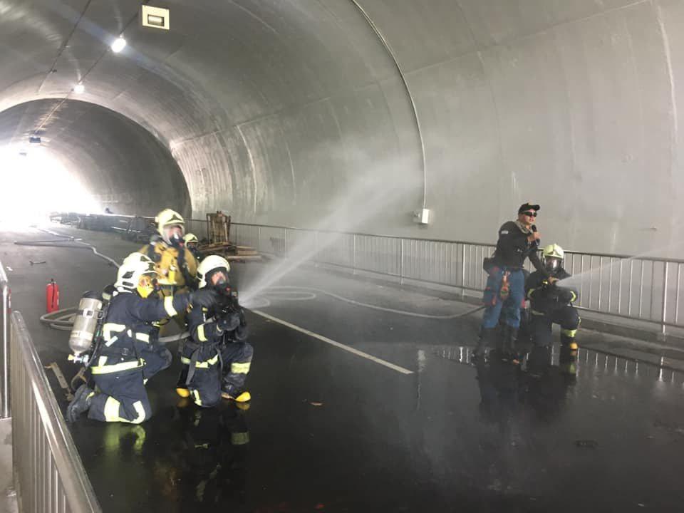 為因應明年蘇花改通車,花蓮縣120名消防員參加國內公路及隧道災害救援訓練。圖/花...