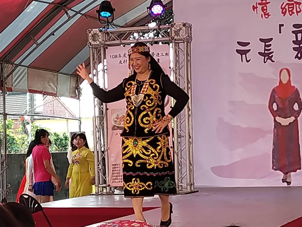 新住民媽媽美麗走秀,十分開心。記者蔡維斌/攝影