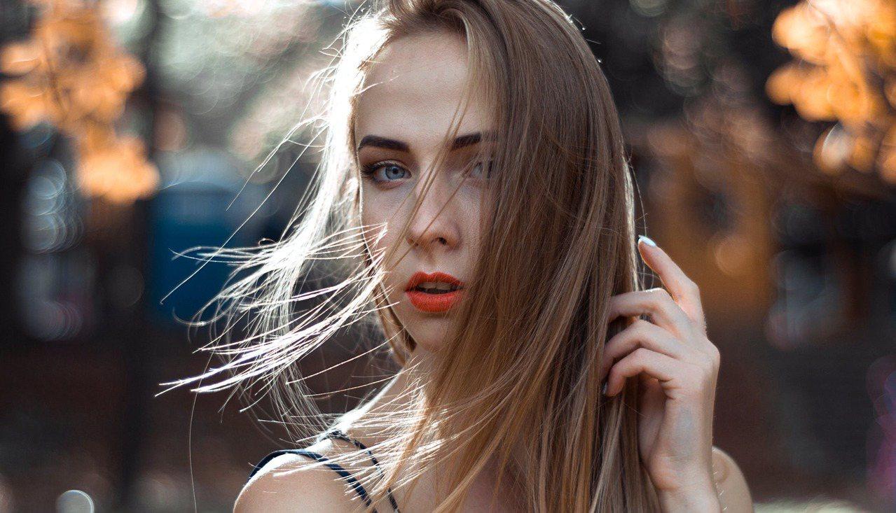 別在剛染髮就用高溫破壞顏色。圖/摘自 pexels