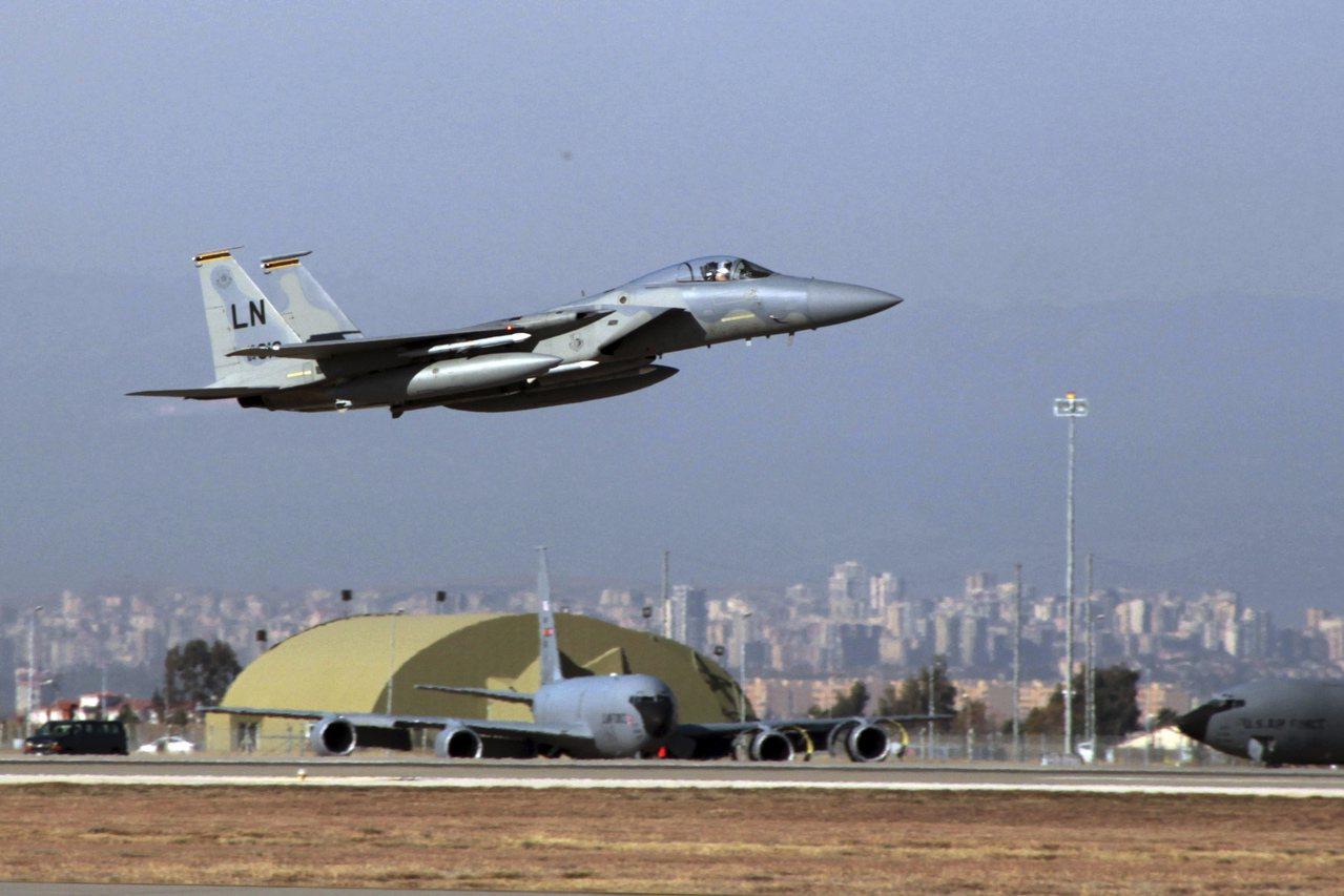 在這張攝於2015年的檔案照中,一架美國空軍F-15戰機從土耳其因吉利克空軍基地...