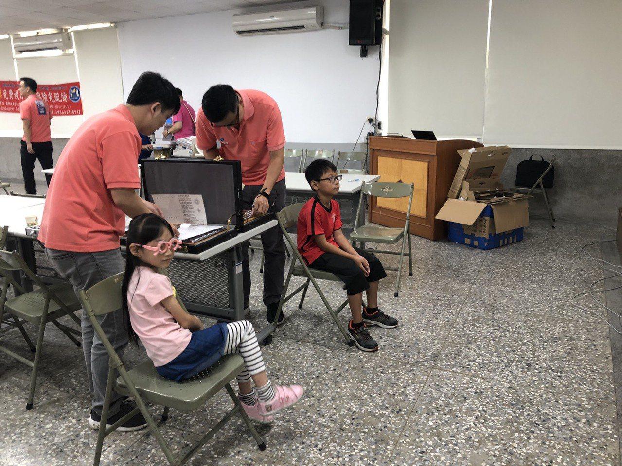 三單位人員協力合作,50名弱勢學童接受驗光,每人可獲得一副免費眼鏡。圖/旗山區公...