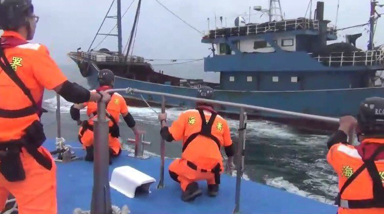 海巡人員準備強行登檢「閩」船。圖/艦隊分署提供