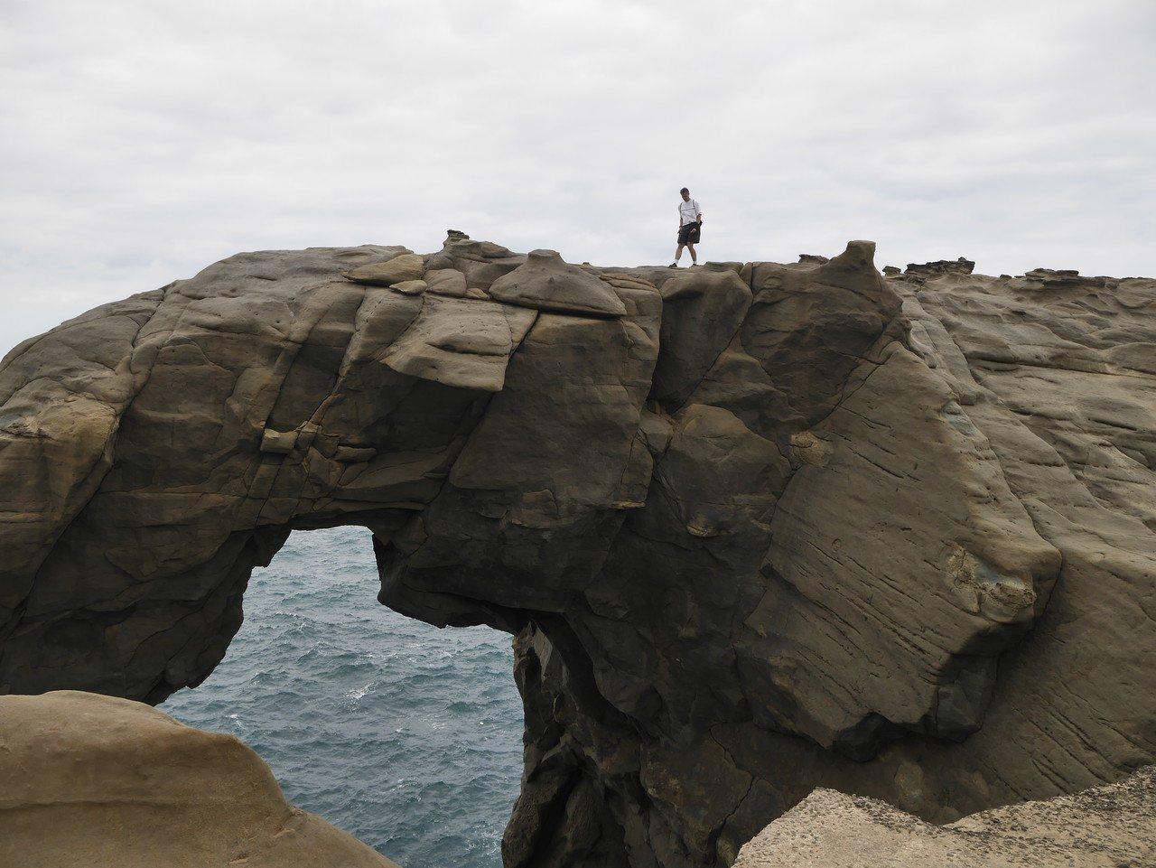 今天下午象鼻岩湧入許多遊客,消防人員制止遊客爬上象鼻岩,遊客都很自律,但一名老外...
