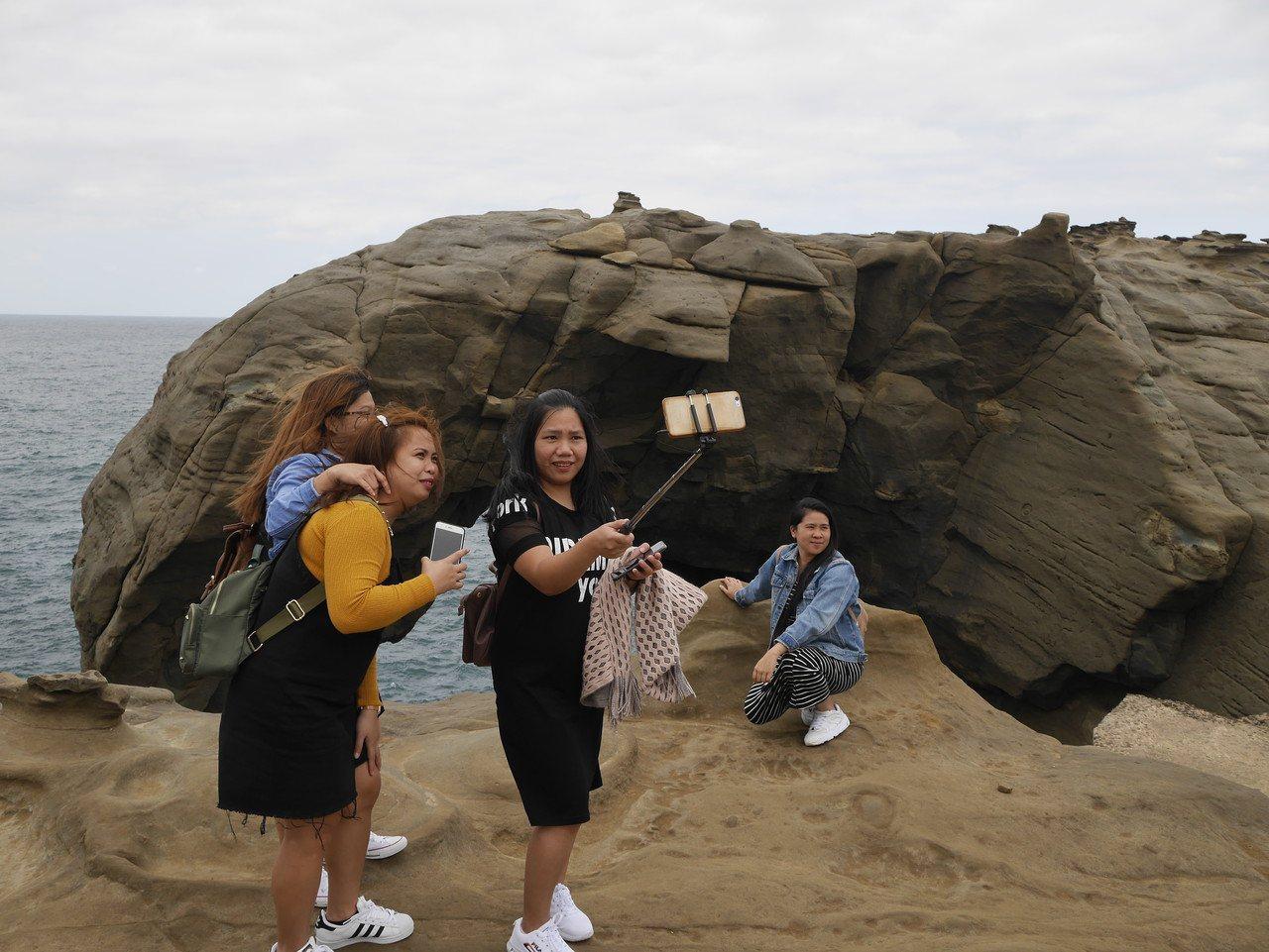 今天下午象鼻岩湧入許多遊客。記者吳淑君/攝影