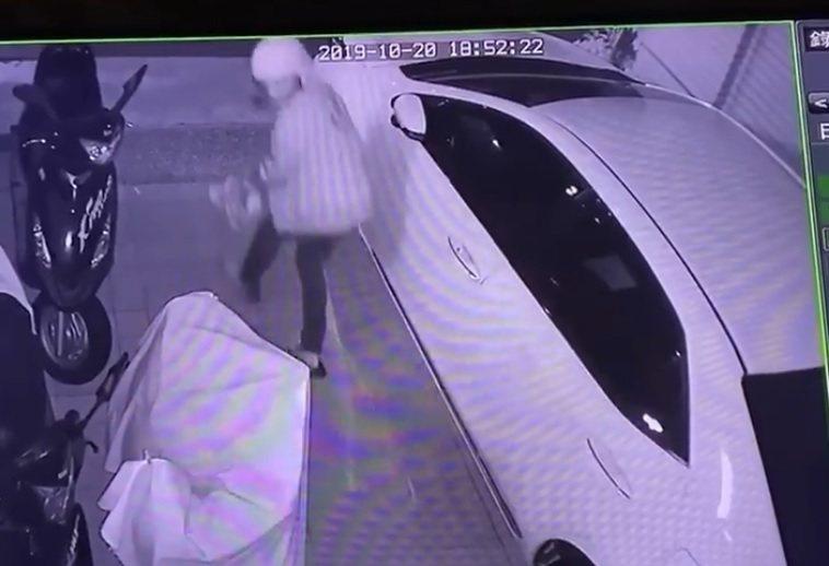 竊賊進屋偷了鞋子跑出門外,被監視錄影錄下。圖/民眾提供