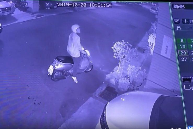 竊賊偷鞋前,在門外張頭探腦,被監視錄影錄下。圖/民眾提供