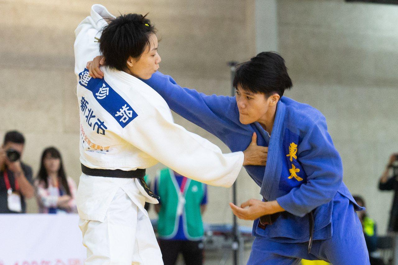 楊宇潔(右)全運會柔道女子57公斤級挑戰旅日名將連珍羚。記者季相儒/攝影