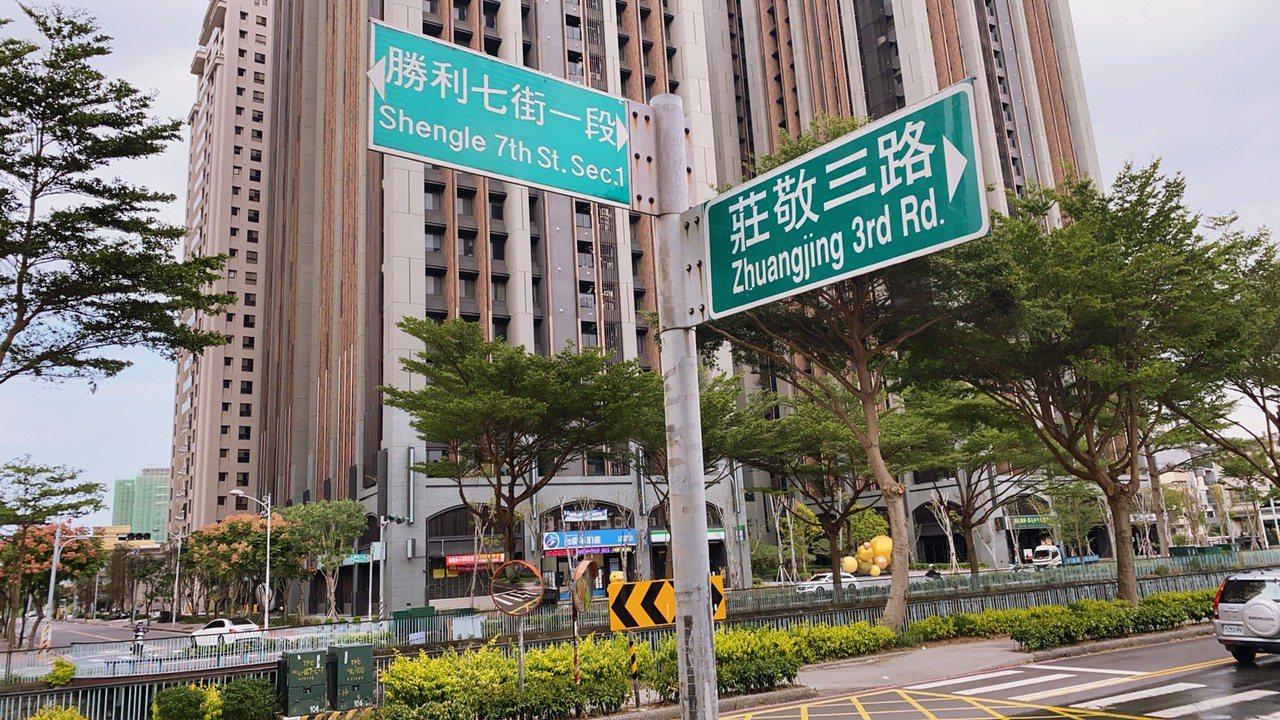 位於竹北市的莊敬三路,受豆子埔溪阻隔被分為兩段,因沒有橋梁,民眾無法直行通過到對...