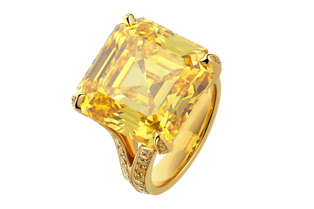 必用!海瑞溫斯頓帶來超珍稀黃鑽戒,24.33克拉,被譽為「金絲雀」的方形祖母綠型...