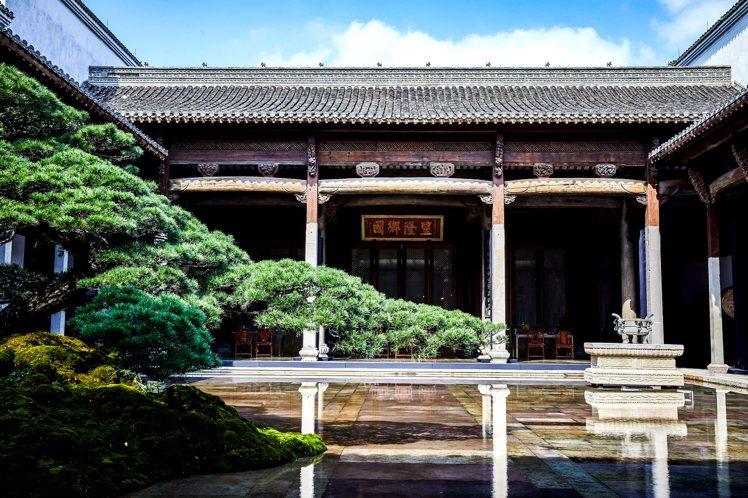 為了彰顯黃鑽的特殊性,海瑞溫斯頓在江南古鎮朱家角,具有歷史意義的五鳳廳,舉辦宴會...