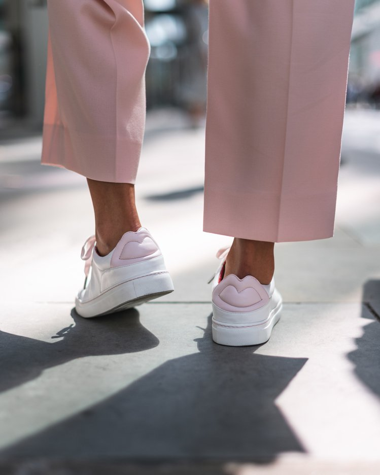 只要在即日起至11月21日其間,購買限量版的粉紅絲帶小白鞋,LULU GUINN...