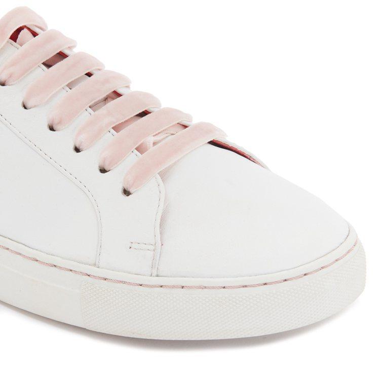 搭配粉紅天鵝絨鞋帶。圖/LULU GUINNESS