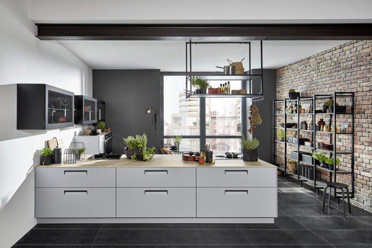 開放式置物架讓廚房與公共空間,創造出完美協調性。圖/麗舍提供
