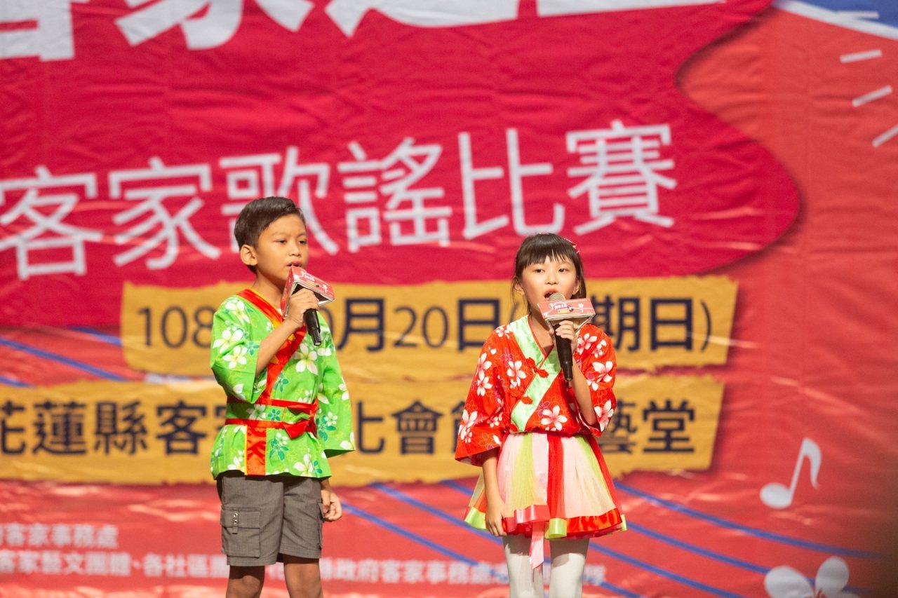 花蓮「客家之星」客家歌謠比賽對唱組第一名由邱詒玲(右)、邱宇謙拿下。圖/客家事務...