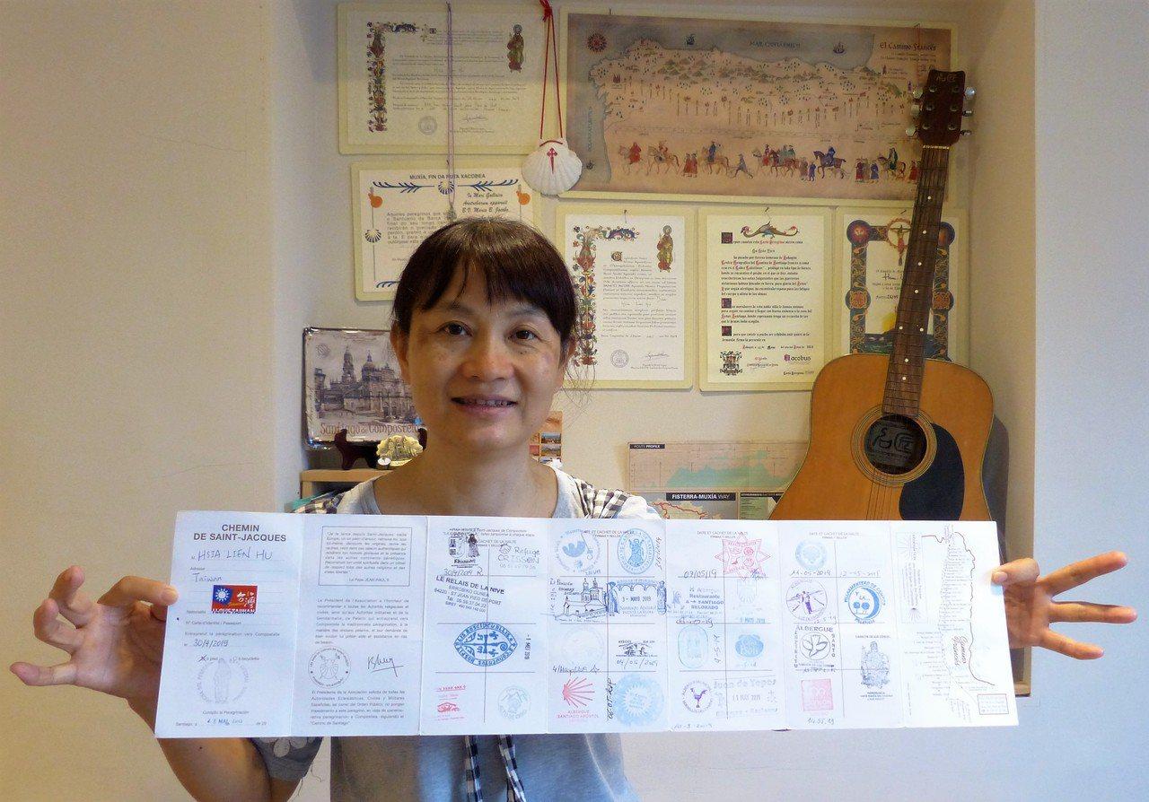 胡夏蓮退休後獨自挑戰朝聖之路成功,帶回滿滿紀念的朝聖之路護照,整面牆都是旅程紀念...