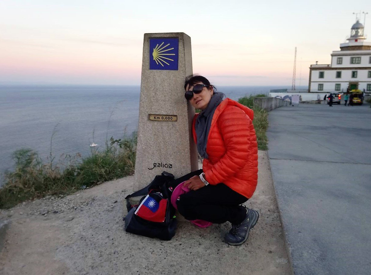胡夏蓮退休後挑戰朝聖之路,帶著台灣國旗走超過800公里,沿途與朝聖之路的標誌合影...