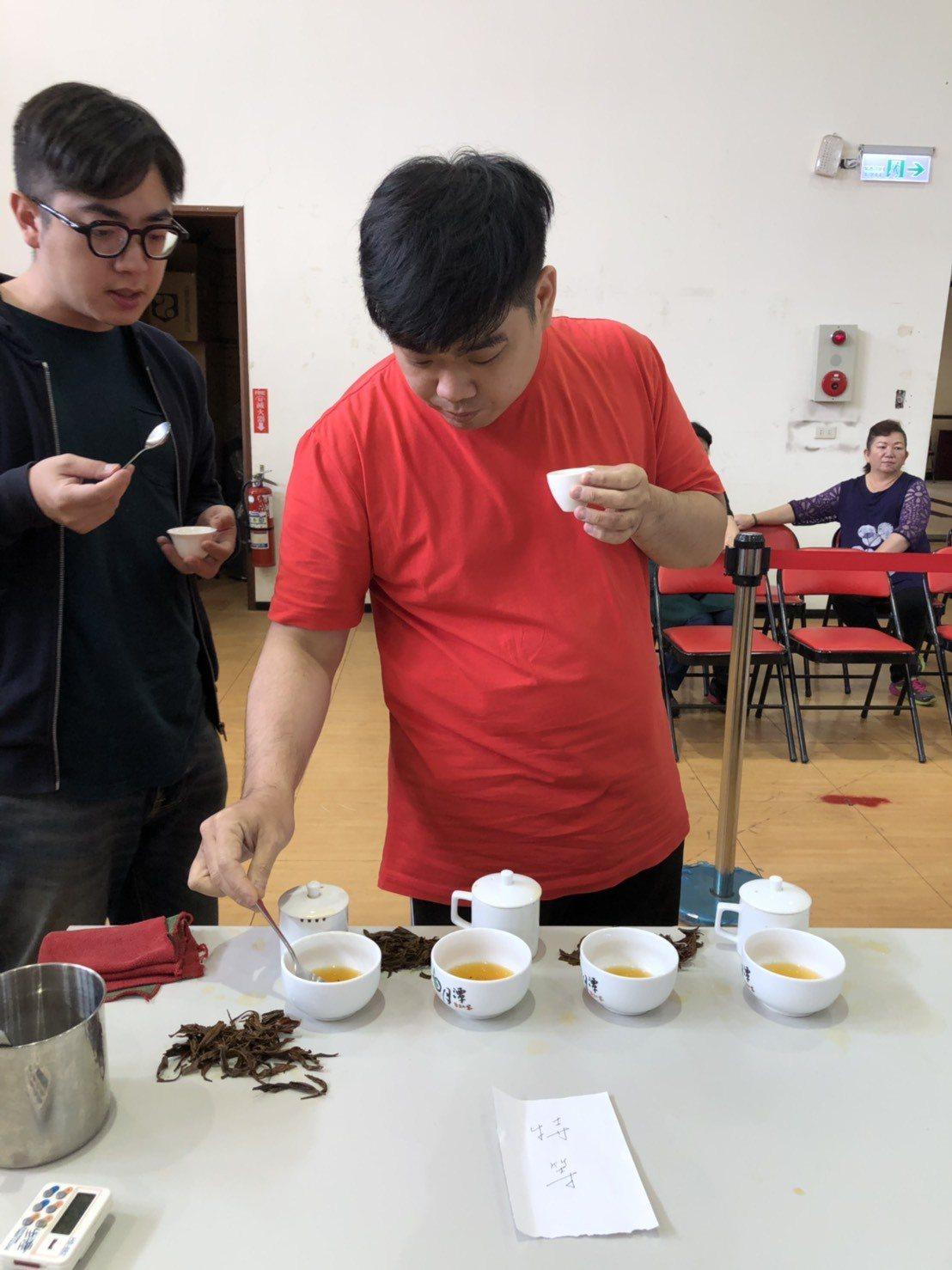 7年級生莊鎔璞(右)今年再奪大葉種與山茶組的兩個特等獎,是魚池鄉農會紅茶評鑑的大...