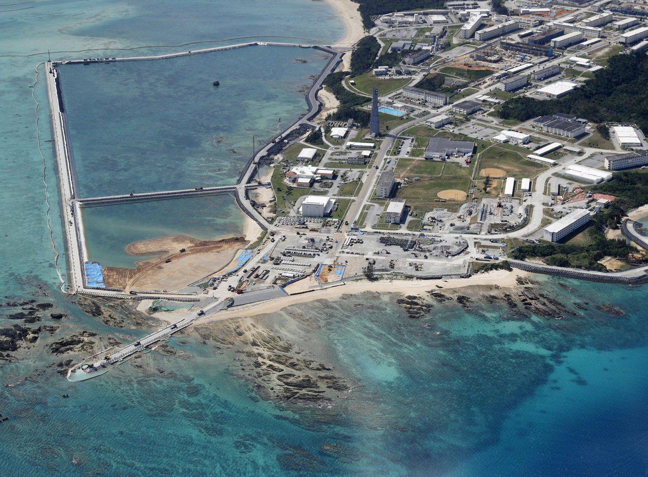 圖為日本政府正在興建中的美軍邊野古基地空拍圖。路透