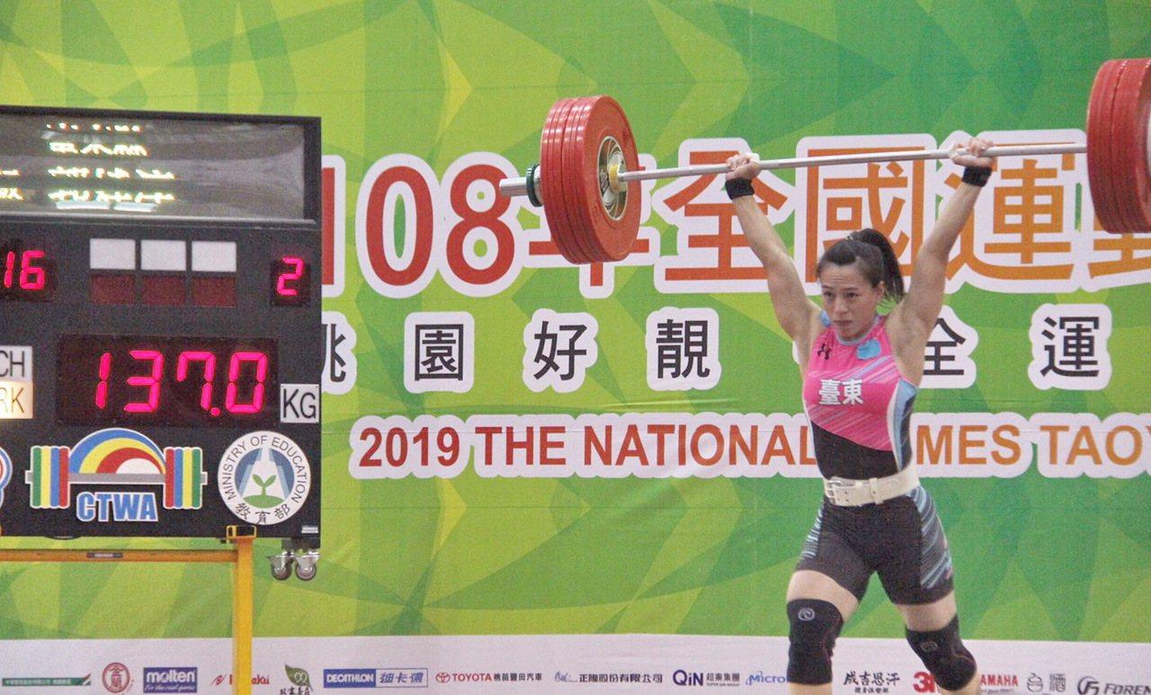 今天全運會女子舉重69公斤級賽事,郭婞淳以抓舉100公斤、挺舉137公斤,總和2...