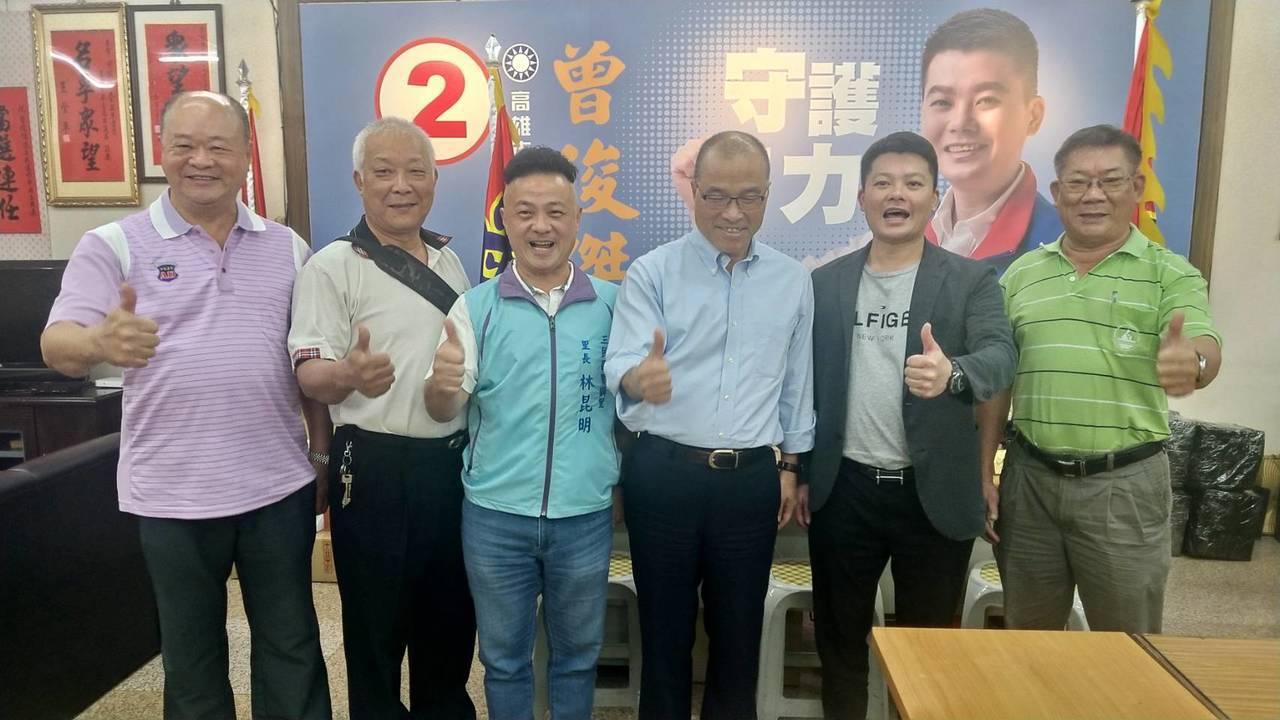 高雄市副市長葉匡(右三)時下午拜訪國民黨團總召曾俊傑(右二)。記者蔡孟妤/攝影